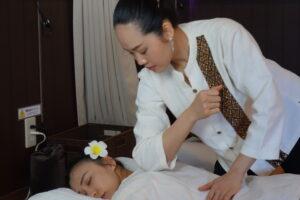 タイ古式マッサージの肩首の施術