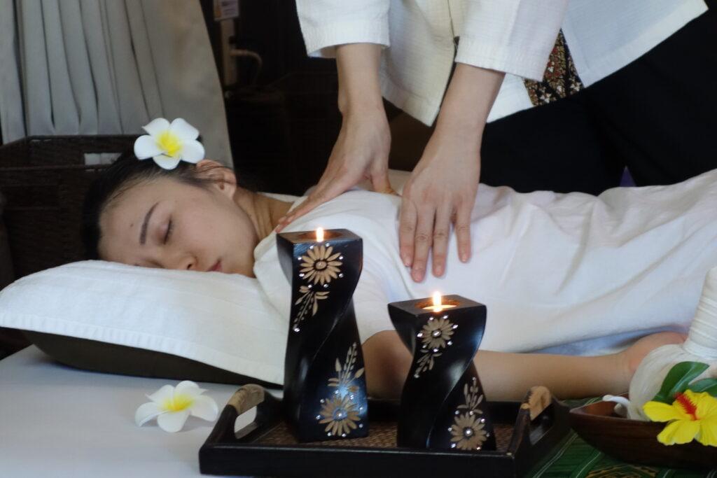 肩甲骨の施術/タイ古式マッサージ